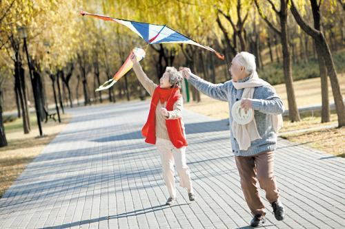 老年人放风筝