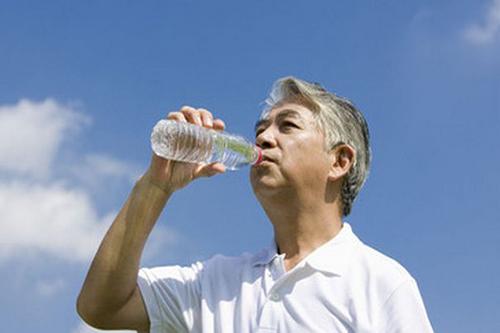 夏天高血压患者要多喝水