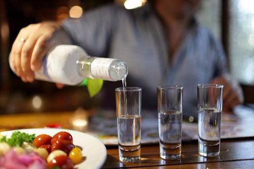 高血压患者吃降压药不要食用酒精