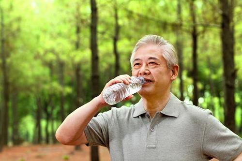 高血压能不能多喝水